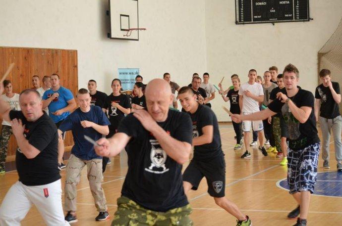 Školu opakovane navštívil majster ruských bojových umení Vadim Starov, ktorý tu viedol semináre boja zblízka. Zakladateľ školy Kurilla tvrdí, že išlo len o ukážkové hodiny. Foto – SSOŠ OOM