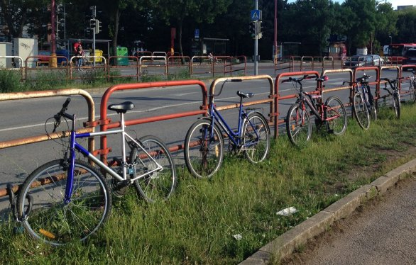 9b4025bfb Bicykle pred železničnou stanicou Bratislava-Vinohrady, kde vystupujú ľudia  z okolitých obcí, ktorí