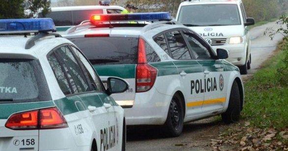 bf63c6c37 Policajti počas nočnej naháňačky postrelili v aute 17-ročného ...
