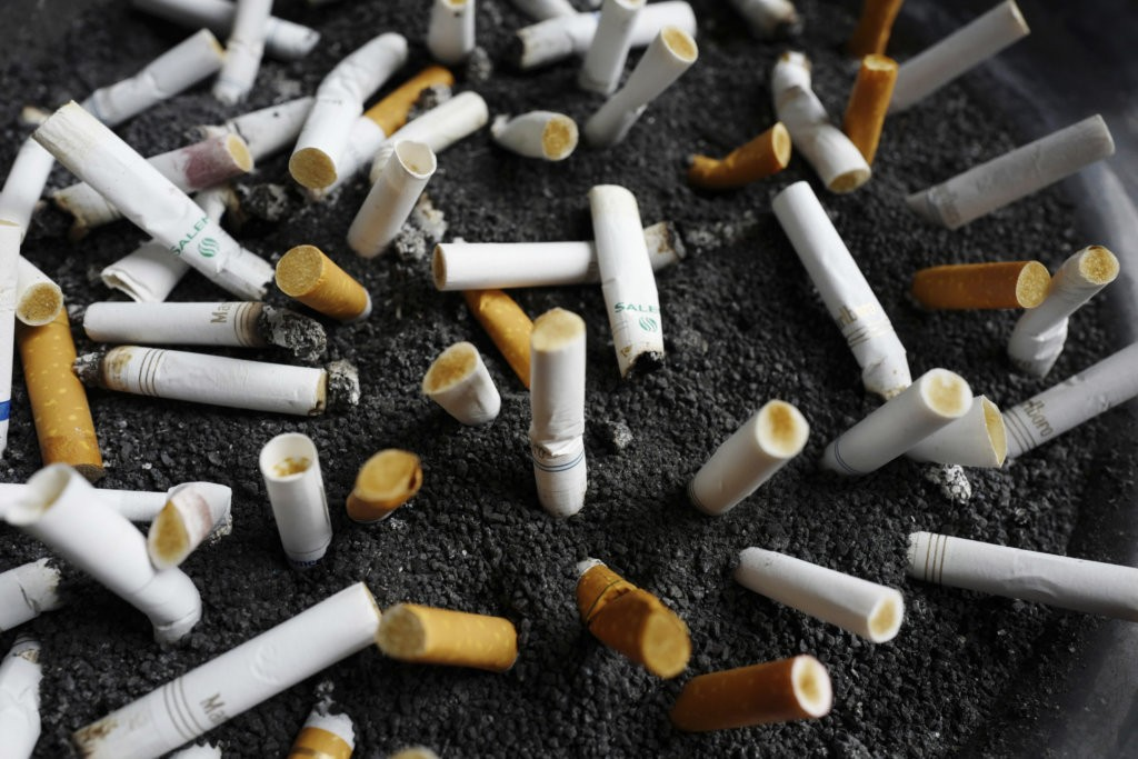 uzavreté ústa fajčenie