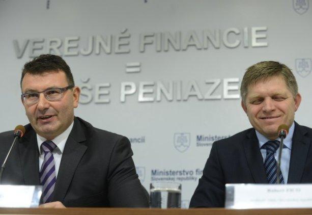 Šéf Finačnej správy František Imrecze (vľavo) nedávno obhajoval premiéra R. Fica, ktorý podľa neho neporušil daňové tajomstvo, keď na tlačovej besede zverejnil detaily z daňového priznania Igora Matoviča. Foto: TASR