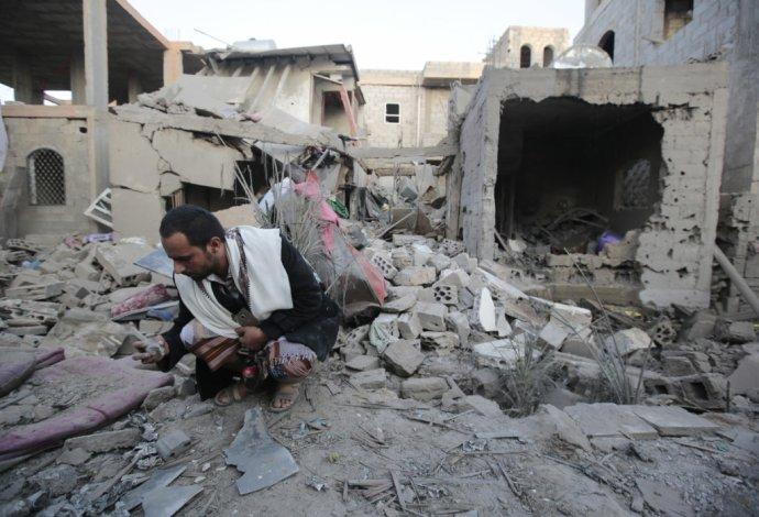 Muž v troskách po bombardovaní Saná koalíciou vedenou Saudskou Arábiou. Foto – AP