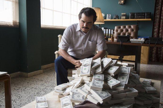 Aj seriál Narcos sa odohráva v Kolumbii, je o Pablovi Escobarovi, kolumbijskom drogovom dílerovi. Ilustračné foto – Narcos/IMDb