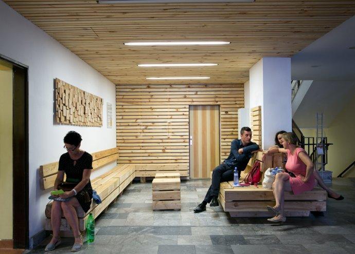 Koženkové kreslá a laminátový nábytok nahradilo v jednej z čakární Národného onkologického ústavu prírodné drevo. Foto - Noro Knap