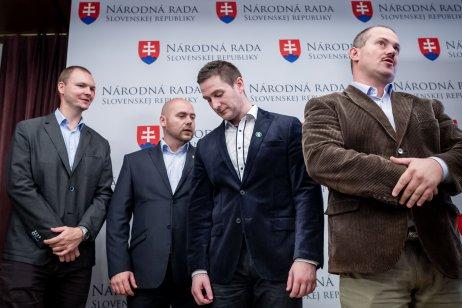 Milan Uhrík (drhý sprava) v júli 2017 ešte s Marianom Kotlebom ako jeho poslanec. Foto N – Tomáš Benedikovič