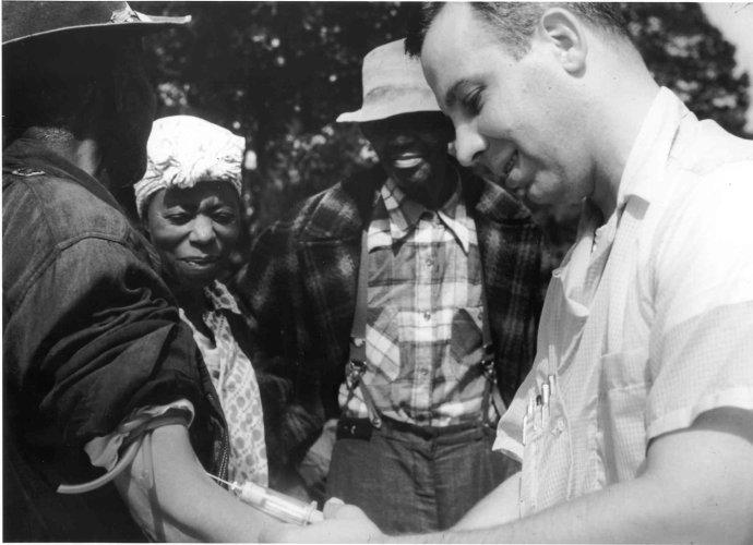 Lekár odoberá krv obyvateľovi alabamského Tuskegee. Foto – Wikimedia/cc