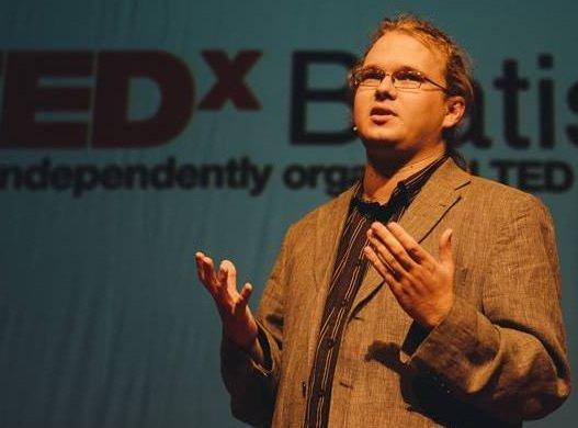 Stránky alternatívnej medicíny sú podľa Maroša Rudnaya často len nato, aby vytiahli z ľudí peniaze. Foto – TEDx BA