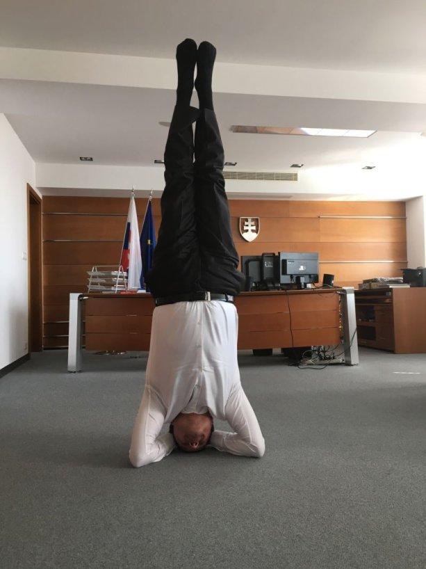 Minister školstva Peter Plavčan cvičí. Foto facebook Petra Plavčan.