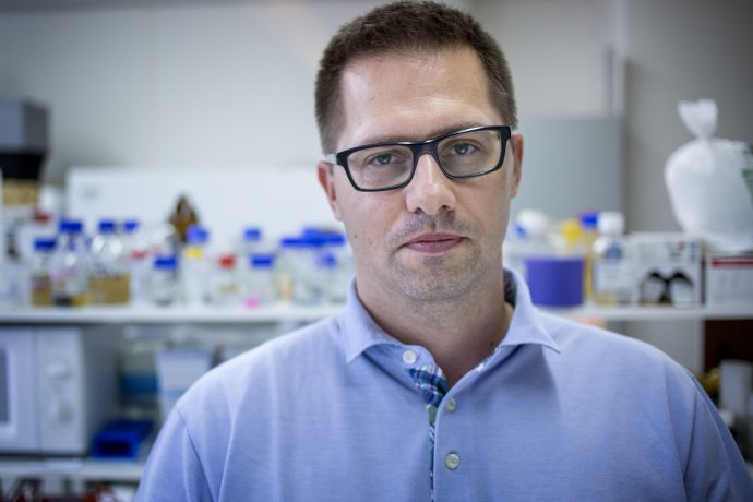 Mikrobiológ Juraj Majtán pracuje v SAV. Foto N – Tomáš Benedikovič