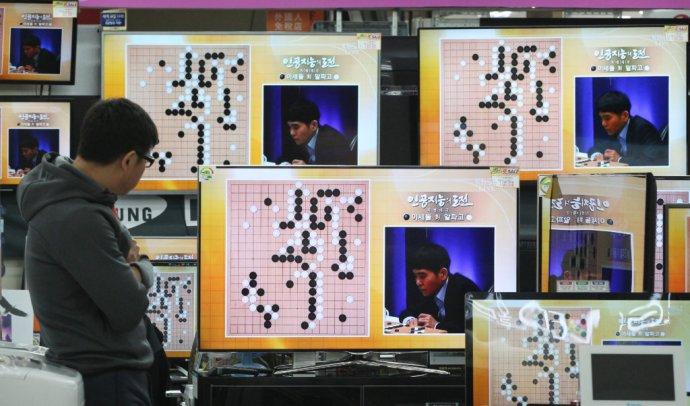 Program s umelou inteligenciou AlphaGo práve poráža 18-násobného svetového šampióna z Južnej Kórey. Tento moment motivoval Čínu k masívnej podpore AI. Foto – TASR/AP