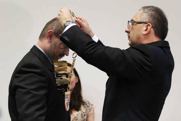 V piatok 20. decembra 2013 v Banskej Bystrici si prevzal novozvolený predseda Banskobystrického samosprávneho kraja Marian Kotleba (vľavo) funkciu od dosluhujúceho predsedu Vladimíra Maňku (vpravo). FOTO –TASR