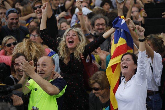 Demonštranti sledujúci rozpravu v katalánskom parlamente po ukázaní výsledkov hlasovania prepukli v radosť. Foto – tasr/ap