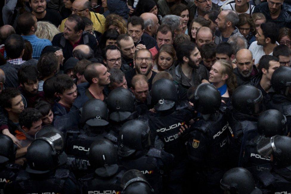 974e7c5d4cfaa Násilný priebeh protiústavného referenda v Katalánsku. Foto – TASR/AP