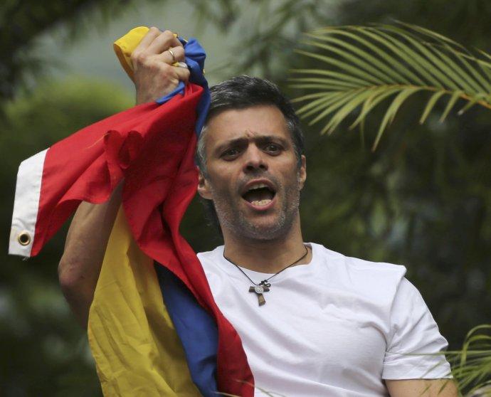 Leopoldo López zdraví svojich priaznivcov po prepustení do domáceho väzenia. Foto – TASR/AP