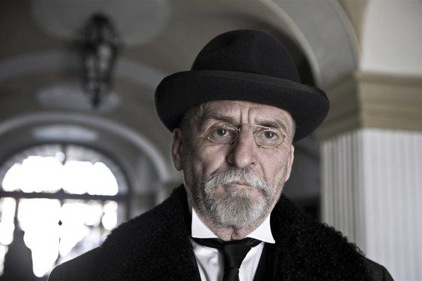"""""""Být si pánem, to zahrnuje svobodu i kázeň."""" Martin Huba ako T. G. Masaryk v českom filmovom cykle České století."""