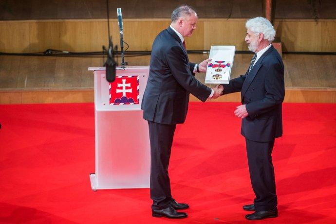 Fedor Gál si preberá vyznamenanie od prezidenta. Foto N – Tomáš Benedikovič