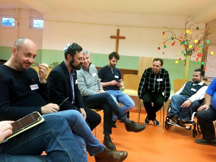 Imám Mohamed Hasna, rabín Míša Kapustin a evanjelický teológ František Ábel s pedagógmi a so študentmi evanjelického gymnázia v Bratislave. Foto – Andrej Bán