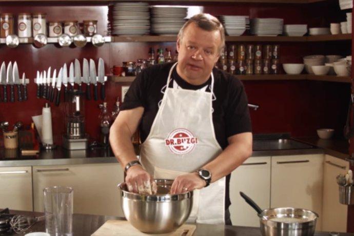 Ivan Vojtek pečie kváskový chlieb v zástere e-shopu podnikateľa Jozefa Buzga.