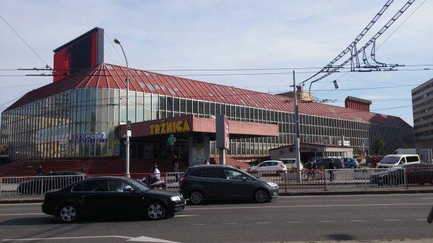 Budova v dezolátnom stave, ktorá sa na svojej streche pýši najväčšou svetelnou reklamnou tabuľou na Slovensku. Žiaľ tak ako zvonku pôsobí aj zvnútra.