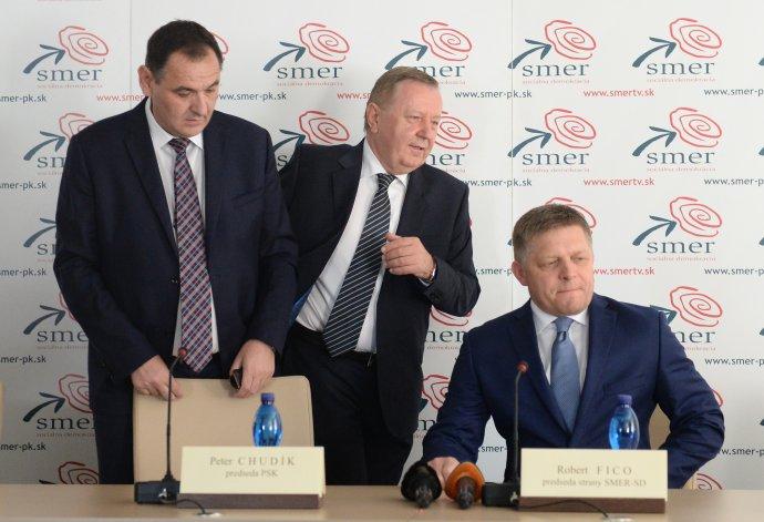 Prešovskí politici Smeru Peter Chudík a Stanislav Kubánek s Robertom Ficom. foto - tasr