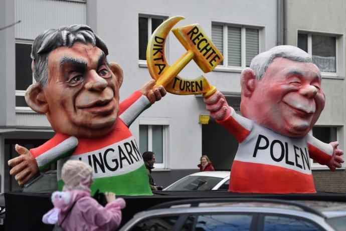 """Figuríny poľského lídra Kaczyńského a jeho maďarského spojenca Viktora Orbána ozdobené nápisom """"Pravé diktatúry"""" na nemeckom karnevale. Ilustračné foto – AP"""