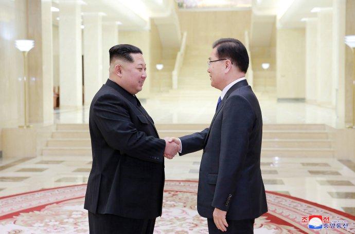 Kim Čong-un a riaditeľ juhokórejského úradu pre národnú bezpečnosť počas stretnutia v Severnej Kórei. Foto – TASR/AP