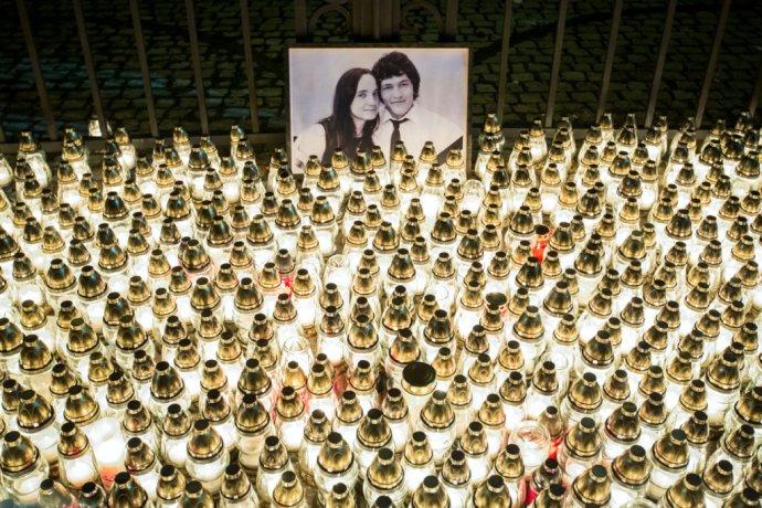 Sviečky pripomínajúce zavraždeného novinára Jána Kuciaka a jeho snúbenicu Martinu Kušnírovú pred úradom vlády. Foto N – Tomáš Benedikovič