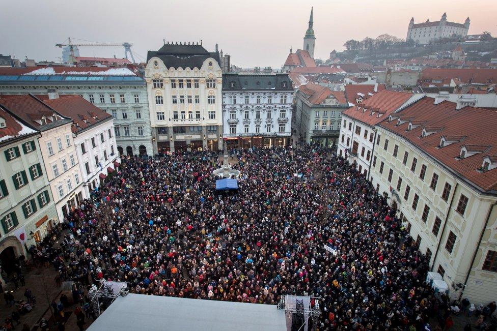 Nedeľný Koncert pre Jána a Martinu sledovalo v Bratislave preplnené Hlavné námestie. Foto N – Tomáš Benedikovič