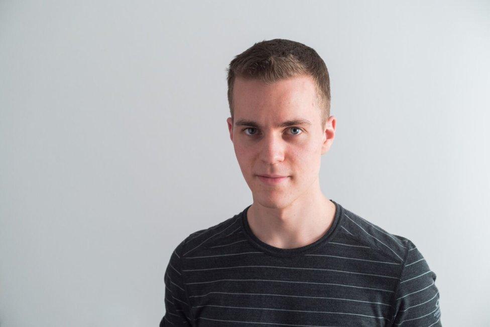 Martin Marek študuje na bratislavskom Gymnáziu Jura Hronca. Vo februári mu s kolegami vyšiel článok v časopise Scientific Reports, v ktorom skúmali, prečo sa roztáča vrtuľka na mechanickej hračke známej ako čihi-hota. Foto – archív Martin Marek