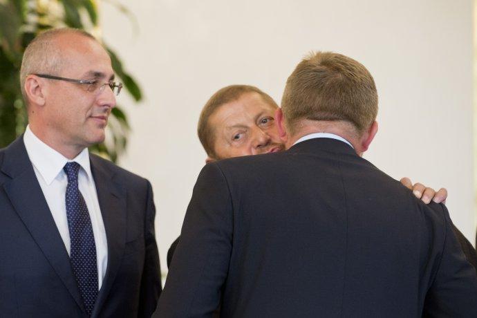 Harabin a Fico v roku 2013, prizerá sa vtedajší minister spravodlivosti Tomáš Borec. Foto - TASR
