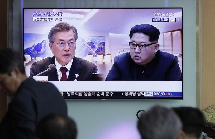 Stretnutie Kim Čong-una a Mun Če-ina je hlavnou témou spravodajstva na Kórejskom polostrove. Foto – TASR/AP