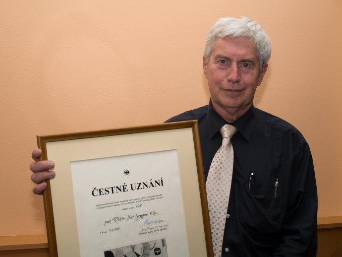 Jiří Grygar s Čestným uznaním Mensy ČR (2010). Foto – Luděk Kovář/Wikimedia/cc