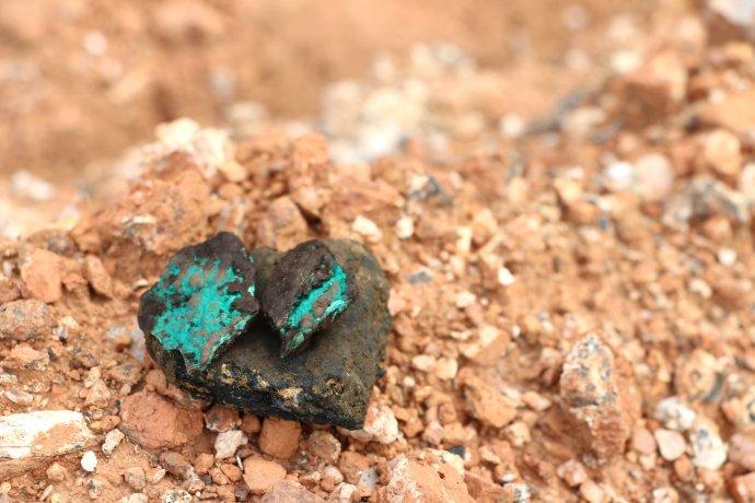 Kobalt sa často nachádza vedľa medi a malachitu (modrozelené zafarbenie). Foto – Flickr.com/Fairphone