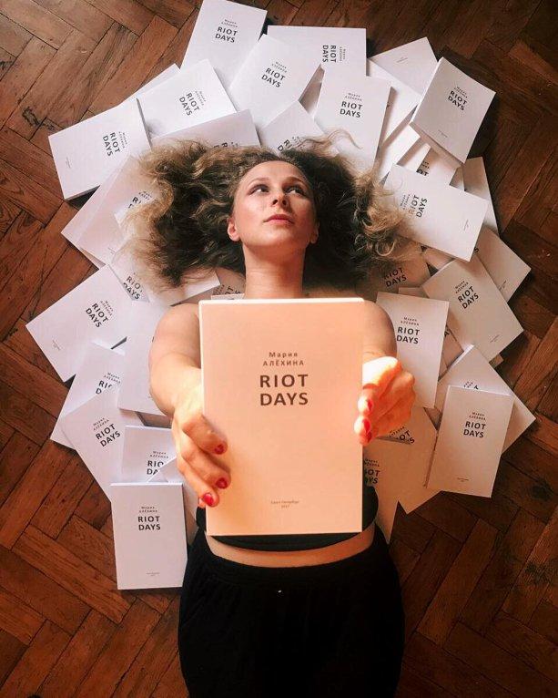 Marija Aľjochinová a jej najnovšia kniha v angličtine. Foto: Marijin Instagram