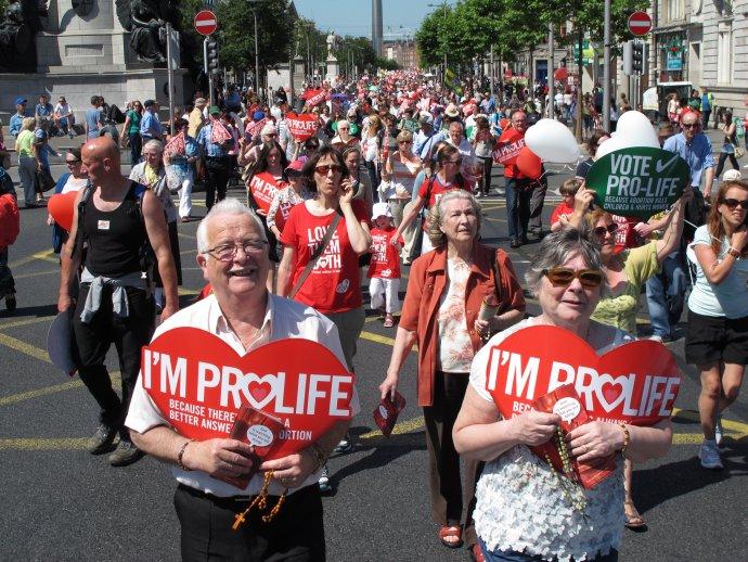 Pochod proti umelým potratom v írskom Dubline. Foto – TASR/AP