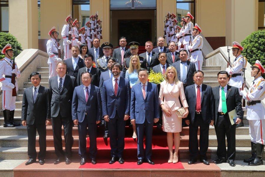 Slovenská delegácia vo Vietname sedem týždňov pred tým ako sa stal únos. Kaliňák vzal aj Sakovú a Gašpara.