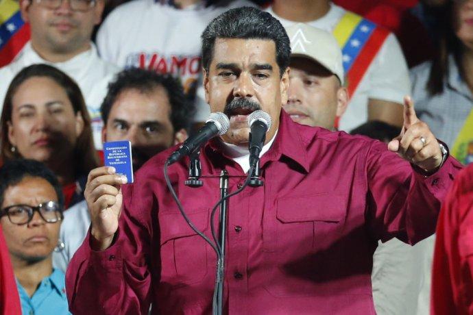 Nicolás Maduro s kópiou venezuelskej ústavy. Foto – TASR/AP