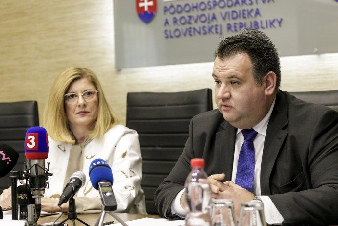 Bývalá ministerka pôdohospodárstva Gabriela Matečná a vtedajší šéf PPA Juraj Kožuch. Foto - TASR