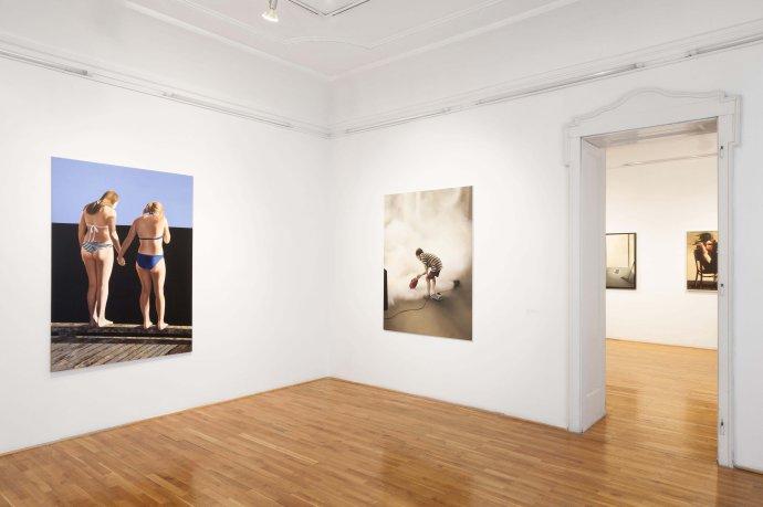 Veronika Š ramatyová v popredí, Veronika Rónaiová v pozadí na výstave Total Romantic v Trnave. Foto - Jakub Hauskrecht
