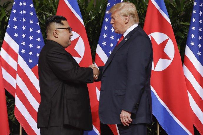 Trump a Kim sa prvýkrát stretli v júni minulého roka. Foto – AP