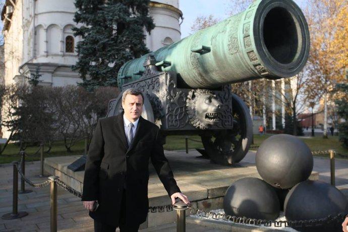 """Andrej Danko pózuje pred slávnym mamutím delom zo 16. storočia """"Cár-puška"""" počas novembrovej návštevy Kremľa. Foto – FB A. Danka"""