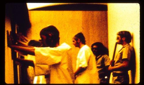 Väzni poslúchajú príkazy dozorcov v Stanfordskom väzenskom experimente, ktorý vykonal psychológ Philip Zimbardo a jeho tím v roku 1971. Foto - PrisonExp.org