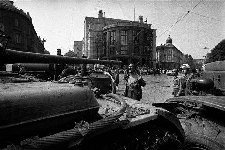 Muž sodhalenou hruďou pred okupačným tankom. Foto – © Ladislav Bielik