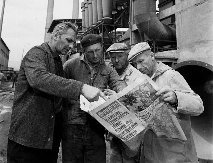 Zamestnanci Stredoslovenských cementární v Banskej Bystrici sledovali vnútropolitické dianie v roku 1968.