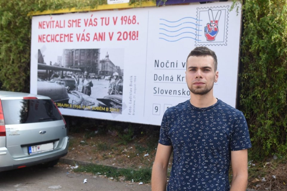 Rastislav Kalnovič so svojím bilbordom. Foto – TASR