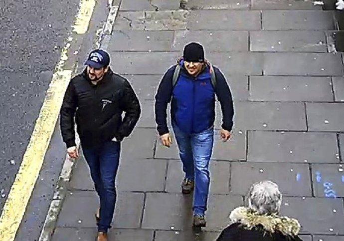 Dvaja Rusi s pasmi na meno Ruslan Boširov a Alexandr Petrov sa prechádzajú po Salisbury. V roku 2014 sa objavili v Česku aj v čase výbuchu v muničnom sklade. Foto - TASR/AP