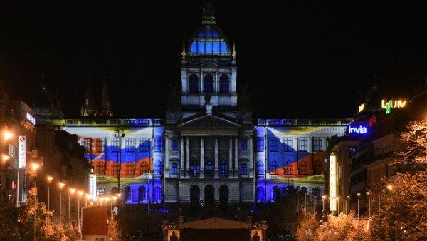 Novootvorené Národné múzeum v Prahe oslávilo storočnicu videomappingom na fasáde.