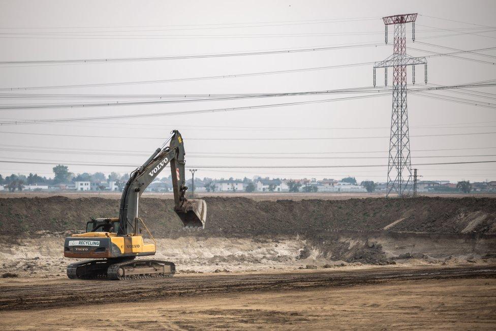 Ťažba štrkopiesku a zeminy v katastri obce Most pri Bratislave. Vyťažená zemina sa používa na stavbu obchvatu Bratislavy a diaľnice D4. Foto N - Tomáš Benedikovič