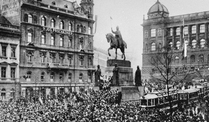 V Prahe vznik republiky oslavoval dav. Foto – TASR