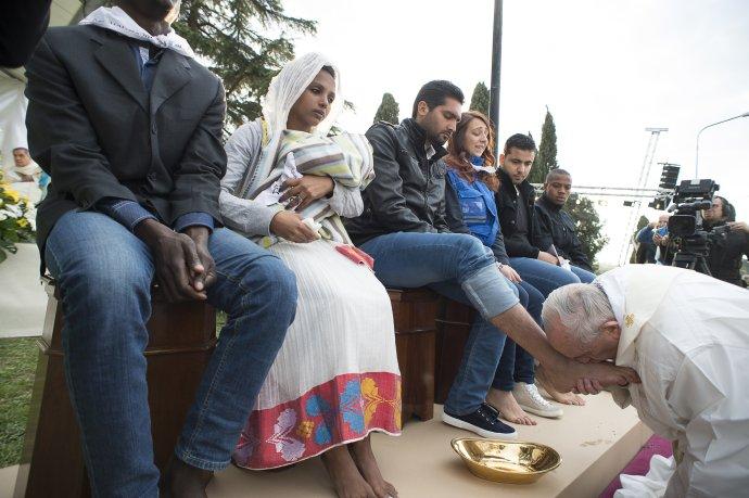 Marec 2016: pápež František umýva nohy žiadateľom o azyl. Foto - TASR/AP